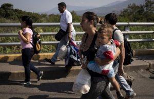 A Venezuelan family carrying a few belongings crosses the Simon Bolivar [...] <a class=