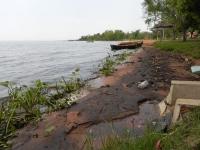 Garbage is an eyesore on this Paraguayan lakeshore.  Credit: Natalia Ruiz Díaz/IPS