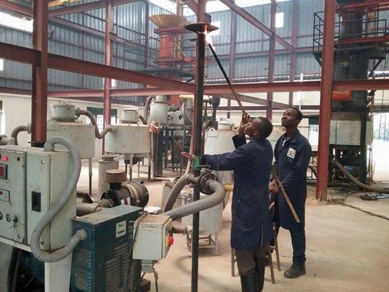 Arbeiter entzünden die Biomasse-Anlage im Nyabyeya Forestry College in Masindi im Nordwesten von Uganda (Bild: Wambi Michael/IPS).
