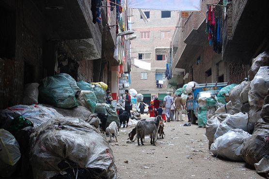 Die 'Garbage City' im Stadtteil Manschiyyet Nasser von Kairo: Die Wissenschafterin Sherien Elagroudy hat ein Verfahren entwickelt, um aus Abfälle feste Brennstoffe zu machen (Bild: Direct Relief/Flickr, CC BY-NC-ND 2.0).