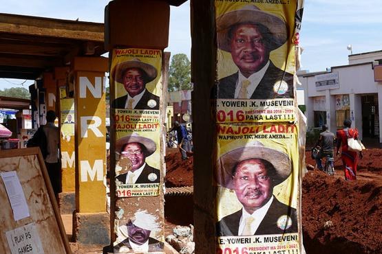 Wahlplakate für Yoweri Museveni in Gulu im Nordwesten Ugandas (Bild: Maxence auf Flickr, CC BY 2.0)