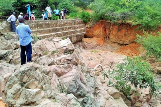 Ein kleiner Damm in einem ausgetrockneten Flußbett im Bezirk Chimanimani (Bild: Andrew Mambondiyani/IPS)