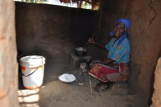 Die 72-jährige Felistas Ngoma aus Nkhamenya im Bezirk Kasungu bereitet Nsima - einen Brei aus Maismehl - zu (Bild: Charity Chimungu Phiri/IPS).