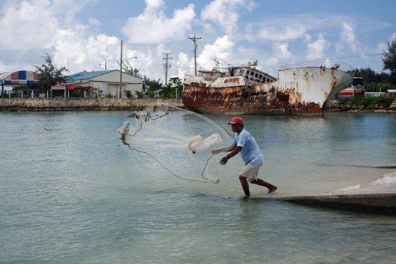 Internationale Fangflotten rauben den kleinen Fischern ihre Existenzbasis (Bild: Christopher Pala/IPS).