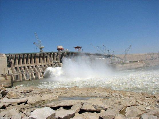 Der Merowe-Staudamm am vierten Nilkatarakt im Sudan gilt als einer umstrittensten Wasserkraft-Projekte der jüngsten Zeit (Bild: Sudani, Eigenes Werk, Gemeinfrei).