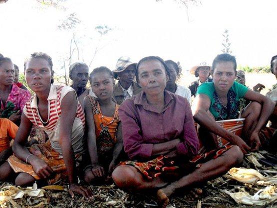 Die Bäuerinnen im Süden Madagaskars sind zunehmend verzweifelt: 80 Prozent der Ernte fallen der Dürre zum Opfer (Bild: Miriam Gathigah/IPS).