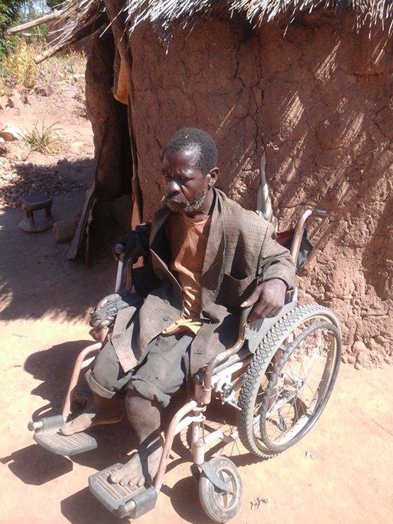 Moses Kasoka vor seiner Hütte in Pemba im südlichen Sambia: Der 51-Jährige träumt von einer eigenen Geflügelzucht (Bild: Friday Phiri/IPS).