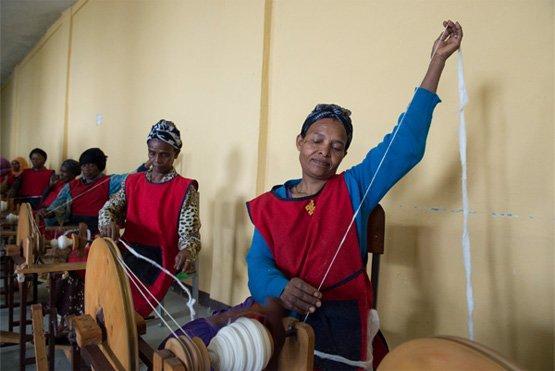 Durch eine nachhaltige Industrialisierung soll die Wertschöpfung für lokale Rohstoffe in der Region bleiben, wie z. B. hier bei diesem Frauenprojekt in Addis Abeba in Äthiopien (Bild: UN Photo/Eskinder Debebe, CC BY-NC-ND 2.0).