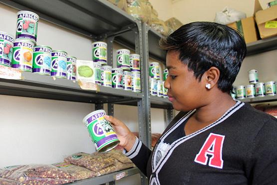 Eine Verkäuferin kontrolliert die Waren im Agrar-Shop von Nancy Khorommbi in Sibasa in der südafrikanischen Provinz Limpopo (Bild: Busani Bafana/IPS).