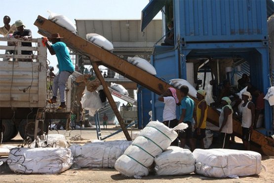 Weizensäcke werden im Hafen von Dschibuti auf LKWs verladen (Bild: James Jeffrey/IPS).