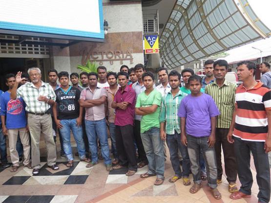 Arbeiter aus Bangladesch in Mauritius: Einige von ihnen haben sich verschuldet, um sich die Reise in den Inselstaat leisten zu können. Trotzdem verdienen sie zu wenig, um Geld ansparen zu können. (Bild: Nasseem Ackbarally/IPS)