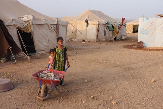 Zwei Mädchen sammeln im Lager von Obock Müll. (Bild: James Jeffrey/IPS)