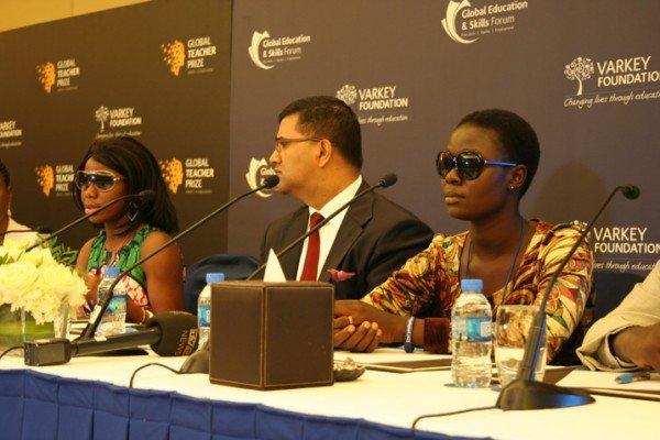 Sa'a (links) und Rachel (rechts) berichten über ihre Entführung durch Boko Haram. In der Bildmitte: Vikas Potas, Geschäftsführer der Varkey Foundation. (Bild: Busani Bafana/IPS)