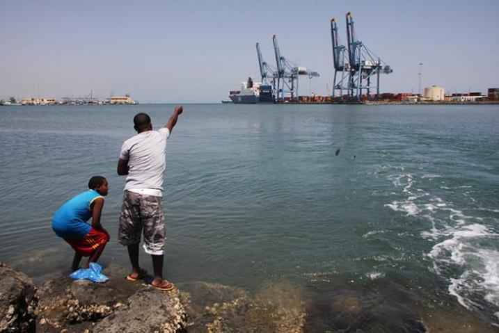 Die Häfen von Dschibuti werden immer mehr zum Bindeglied zwischen Afrika und dem Nahen Osten. In den Ausbau der Infrastruktur werden Milliarden US-Dollar investiert. (Bild: James Jeffrey/IPS)
