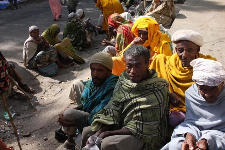 Bettler in der Stadt Gonder, nördlich des Tana-Sees, Äthiopien: In der einstigen Kaiserstadt wächst der Unmut über die Regierung. (Bild: James Jeffey/IPS)