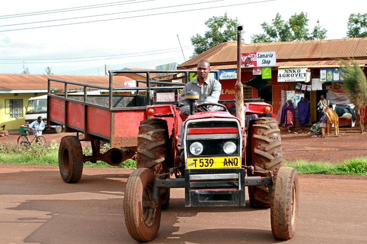 In Afrika entsteht ein riesiger Markt für Landtechnik: Hier ein Bauer auf seinen Traktor in Makuyuni in Tansania. (Bildquelle: Shutterstock.com)