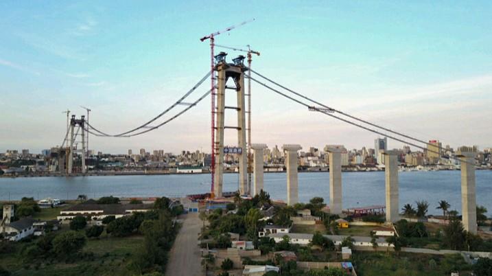 Die Maputo-Katembe-Brücke wird von der 'China Road and Bridge Corporation' errichtet. Nach Fertigstellung wird das Bauwerk die längste Hängebrücke in Afrika sein. (Bild: Kejun Li, CC BY-SA 2.0)