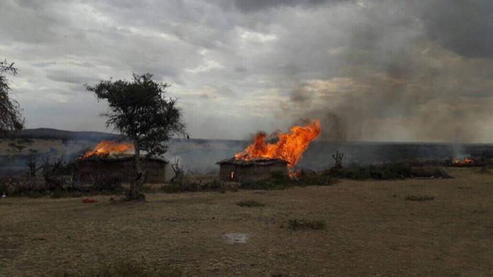 Brennende Maasai-Häuser in Liliondo, aufgenommen am 16. August 2017 (Bild: IWGIA)