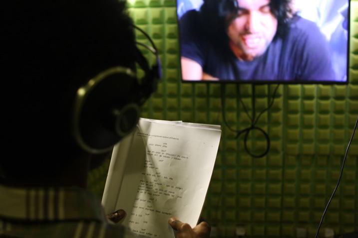 Ein Mitarbeiter von Kana TV synchronisiert einen türkischen Film auf Amharisch (Bild: James Jeffrey/IPS)