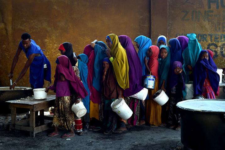 Junge Mädchen bei der Nahrungsmittelausgabe in Mogadischu im März 2017 (Bild: UN Photo/Tobin Jones, CC BY-NC-ND 2.0, Link zum Bild)