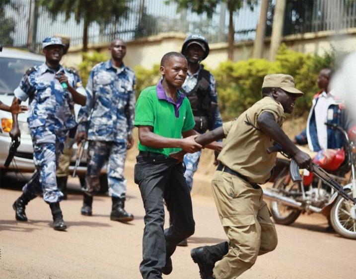 Übergriffe von Polizei und Armee auf Journalisten - wie hier bei einer Demonstration in Kampala - stehen in Uganda auf der Tagesordnung. (Bildrechte: Wambi Michael)