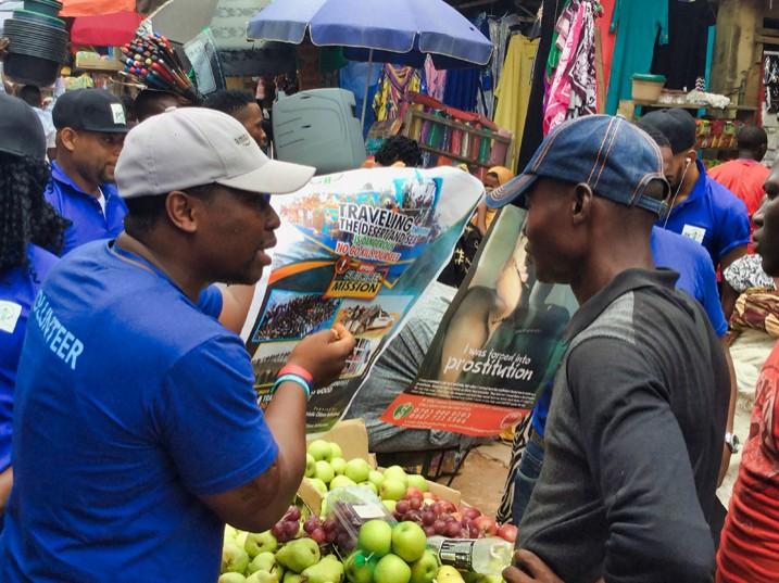Rückkehrer informieren am Uselu-Markt in Benin City über die Gefahren einer irregulären Migration. (Bild: Sam Olukoya/IPS)
