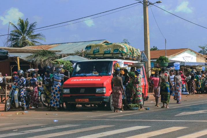 Bushaltestelle in Cotonou in Benin (Bild: Dave Primov, Shutterstock.com)