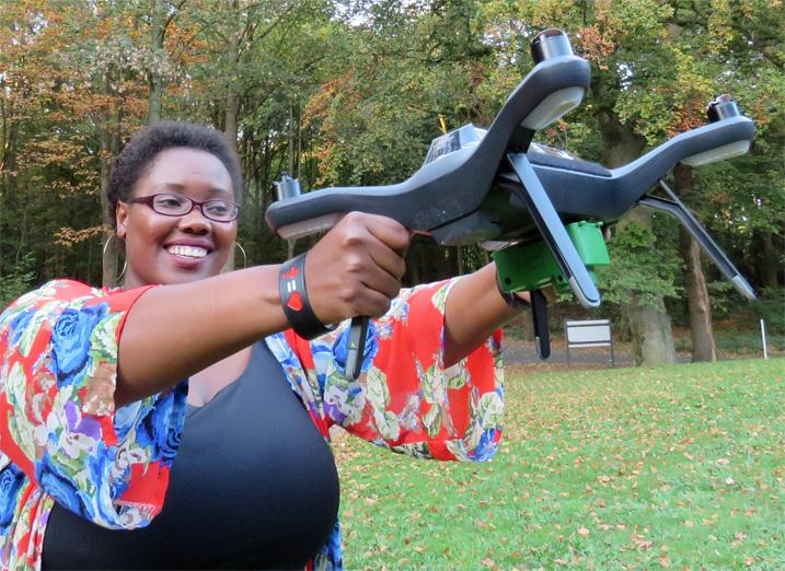 Rose Funja zeigt eine der Drohnen, mit denen sie die Agrarflächen kartiert. (Bild: Busani Bafana/IPS)