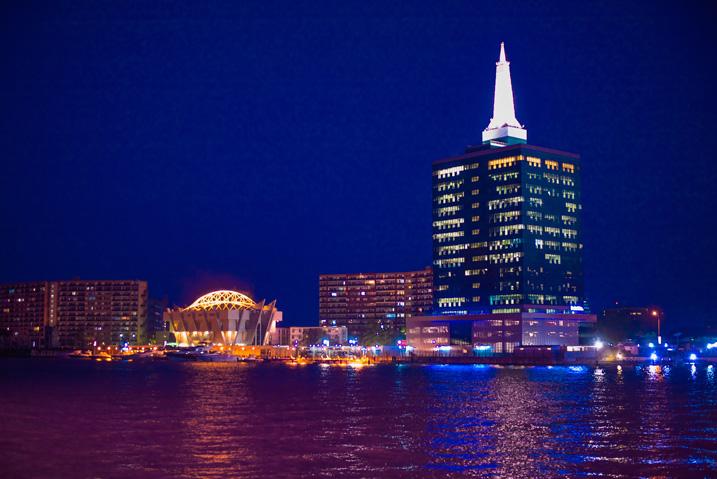"""Blick auf Victoria Island, dem Wirtschaftszentrum der Millionenmetropole Lagos, mit dem 90 Meter hohen """"Civic Centre Tower"""" (Bild: Shutterstock)"""