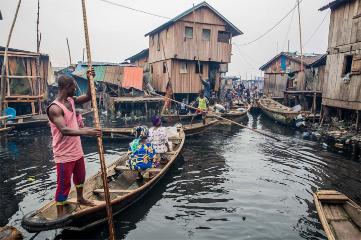 Unzählige Kanus navigieren tagtäglich durch die engen Wasserstraßen von Makoko. (Bild: Damillola Onafuwa/WFP)