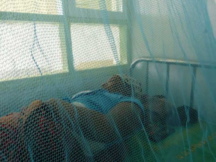 Eine an Malaria erkrankte Mutter in einem Krankenhaus in Samiba (Bild: Mercedes Sayagues/IPS)