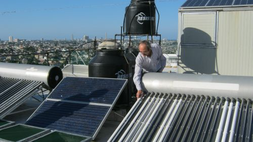Luis Bérriz, a renewable energy advocate, performing control tasks. - Jorge Luis Baños/IPS